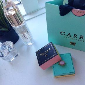"""Smuk Carré ring med stor """"let"""" Rosa sten, den er slidt men stadig i rigtig god stand og fejler intet."""
