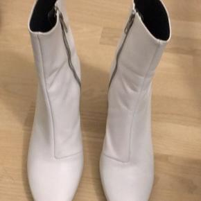 ASOS støvler lille sort streg på indersiden af støvlen aldrig brugt