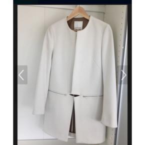 Hvid pæn jakke fra Samsøe&Samsøe i str. Xs  Aldrig brugt, stadig med prismærke  2 lommer med lynlås, modellen hedder Hahn Nypris 1800, køber betaler evt fragt, bud er velkomne . Bytter ikke 😊 mp er 850kr pp