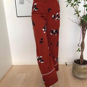 Sælger disse smukke summer bukser fra Envii! Der er en lille rift på buksebenet, men det ses næsten ikke☀️ Cond: 8/10 Str. XS (fitter også S) Mp: 100 Bin: 150 BYD ENDELIG