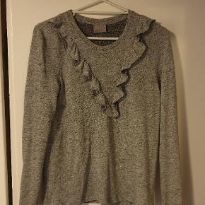 Hejsa!😁 Jeg sælger min gråmelerede sweater/bluse fra Vero Moda i str. S, da jeg ikke længere kan passe den.  Den har lange, tætsiddende ærmer, fine flæser foran og er ikke gennemsigtig.  Jeg bor i 6715, men jeg sender også meget gerne - fragten er dog ikke inkluderet. Du er også meget velkommen til at skrive eller komme med et bud, da prisen IKKE er fast😊.