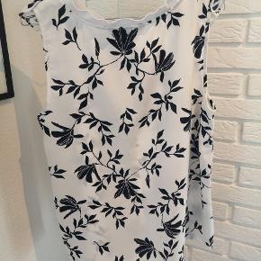 Sælger denne fine hvide t-shirt med blomster fra Vero Moda i str. Large. Den er ik brugt ret meget, men brugsspor kan forekomme.