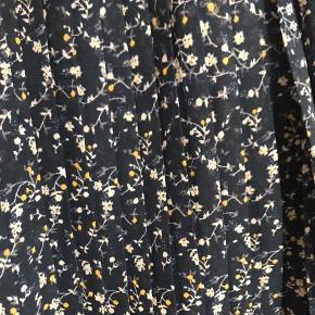 Vero moda nederdel str. L, mangler lykke som lås, men fungere fint (se billede)   - Kan afhentes i Odense NV, eller sendes med post, som køber betaler  - Skriv for mere info/billeder  - Se pris eller byd
