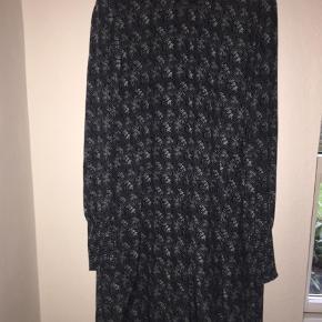 Smuk kjole med smock/elastik i hals og ærmer.  Lukker med 3 stofbetrukne knapper i nakken.  100% viscose og fuld foret.  Marineblå med mønster i støvet mint.  Brystvidde: 2x52cm Længde: 92 cm Brugt 2 gange - som ny!  Mini Farve: Multi Oprindelig købspris: 799 kr.