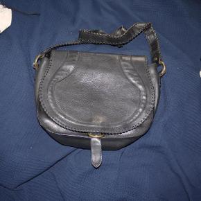Varetype: skuldertaske læder taske medium Størrelse: Medium Farve: Sort Oprindelig købspris: 5300 kr.   NUL BYTTE. modellen er 176 cm. skambud ignoreres. kan hentes i KBH K. sender også med dao til 39 kr. kun seriøse bud tak.byd ikke hvis du ikke mener det. jeg tager mobilepay på tlf :93 86 38 96 til camilla c. glæder mig til at høre fra jer:)  super lækker lædertaske fra Rika. intet slid. god stand og meget velholdt. mål: 27 høj 33 bred 10 siden  100 % læder. dustbag medfølger.