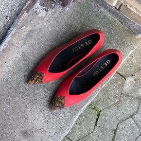 💃🏻  KLASSISK MED ET TWIST 👌🏽  Smukke heels med slangeskind i snuden.  Aldrig brugt, kun prøvet på.   Sender gerne på købers regning 🚛  ‼️SE OGSÅ MINE ANDRE ANNONCER‼️