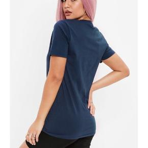 Fedeste T-shirt ever! Du kommer til at rocke i denne lækre T-shirt og du kan skabe det fedeste look. Den er udsolgt over alt!   Kun brugt og vasket en enkelt gang.  Fejler intet.  Sælges billigt.  Kan passes af en small/medium.   Jeg glæder mig til at handle med dig! ☺️   Tag også gerne et kig på mine andre annoncer. ☺️