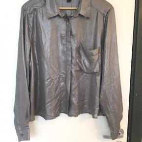 Fin oversize skjorte med en lomme på brystet. Aldrig brugt.   40,- + fragt. Sender gerne med Dao.  Bytter ikke.