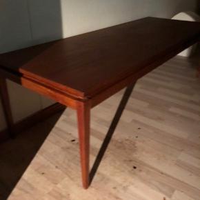 Flot sofabord i teaktræ  høj 50 cm lang 169 cm og bred 62 cm- 800kr eller byd en lille smule