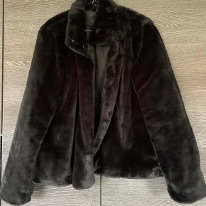Super flot kunstpels jakke. Har aldrig været brugt.   Kan også sendes