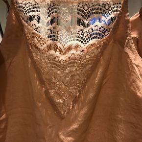 100% silke - I rigtig fin stand. Brugt 2-3 gange og håndvasket