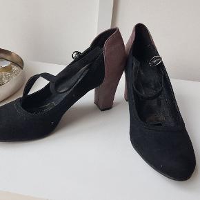 Klassiske sorte højhælede med strop omkring foden i str. 41. Meget behagelige. Brugt 1 gang til en gatsby fest. 👠
