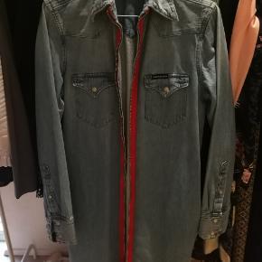 Super fin jakke/kjole, kan bruges som begge dele, lommer i siden. Brugt én gang.