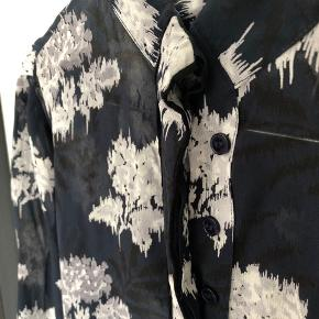 Lækker men brugt skjorte fra Ganni. Derfor er prisen lav. Str 36, men er krympet i vask, så nok nærmere 34. Lille 36