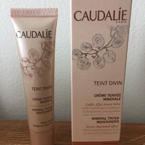 Jeg har købt denne Caudalíe Teint Divin, mineral tinted moisturizer i den forkerte farve.   Den er medium to dark skin.  Aldrig brugt  Det er en fugtgivende ansigtscreme med let dækkeevne og som efterlader huden sunkissed.