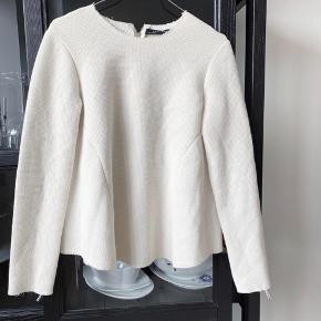 ZARA Women bluse i råhvid med lynlås bagpå   Størrelse: M  Pris: 110 kr   Fragt: 39 kr ( 37 kr ved TS handel )   Den er brugt et par gange i rigtig flot stand, ingen slidtage