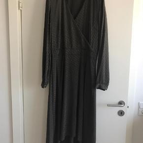 Varetype: Andet Farve: Army,Brun Oprindelig købspris: 1300 kr.  Smuk kjole fra Gestuz i den smukkeste grøn/brun farve. Kjolen har kun været brugt en enkel aften, fremstår som helt ny. Almindelig til lidt stor i str. Bytter ikke.
