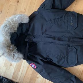 Jeg sælger denne ægte Canada goose jakke billigt.. da jeg er ved at sortere ud i skabet. Kom med et Bud :)  Sender ikke, så du skal kunne hente den, eller mødes et sted.