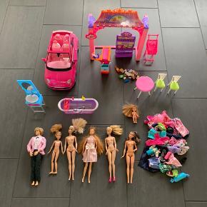 Barbie samling med dukker, tøj, bil Fiat 500, badeværelse og butik. God stand. Sælges samlet. Sender gerne.