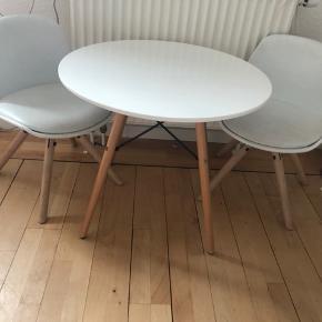 Bord og stole fra Jollyroom nypris 1050 kr   Border har lidt hakker og stolen har fået tegnet en stjerne med kuglepind