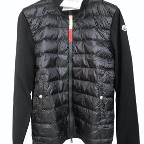 Sælger denne fine jakke, da den er for stor.   Jakken er helt ny, stadig med tags.   Der medfølger bøjle og tags  Prisen er til forhandling.  Nyprisen er 6.100kr