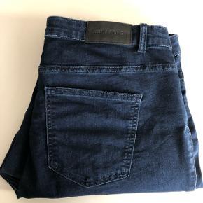Str. 48. JUNAROSE Basic Slim fit jeans med stretch. Blå. Kan sendes mod betaling af porto kr. 40,00 med DAO.