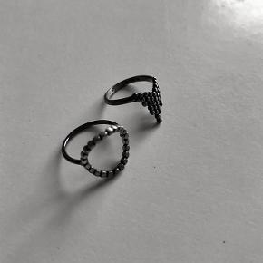 Varetype: Maria Black ringe Størrelse: Flere Farve: Rhodineret Oprindelig købspris: 800 kr. Prisen angivet er inklusiv forsendelse.  To fine ringe fra Maria sælges.  Den med den runde ring måler 15mm og den anden 14mm.  Byd:-)