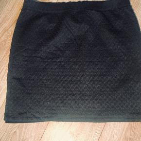 Sød nederdel i stof med let struktur / mønster