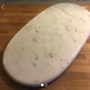 Tung marmorplade til anretning eller servering.
