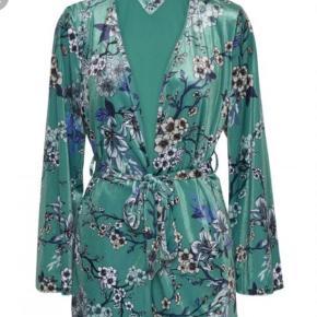 Varetype: Kimono Farve: Grøn Oprindelig købspris: 1299 kr.  Har taget mærket af og prøvet den. Den er i farven ocean green og velour