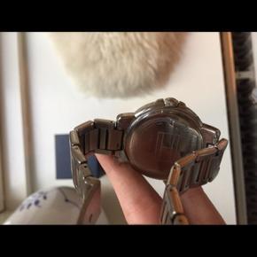 Ur købt i 2016 til 1.800 kr.  Alt til uret medfølger. Uret er brugt - se brugstegn på billeder - men har stadig masser af gode år i sig. Uret trænger til at få skiftet batteri.  Se også mine andre annoncer.