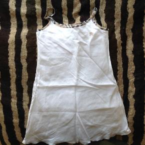 Burberry kjole, aldrig brugt. Str. 6. Det var en gave, så jeg kender ikke købsprisen. Den er ægte.