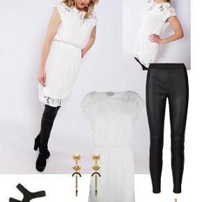 Feminin kjole fra Neo Noir med en smuk blonde. Den har elastik i taljen.         Kun brugt 1 gang, derfor fin stand.  Bemærk de 2 første billeder er modelbilleder der bare viser hvor fin kjolen er når den er på. Ingen kommentarer