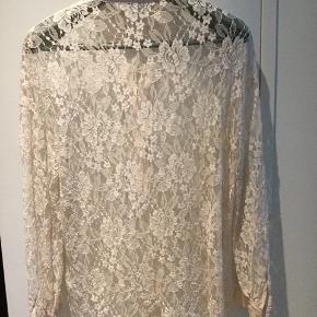 Blonde skjorte med silkekrave og manchetter.