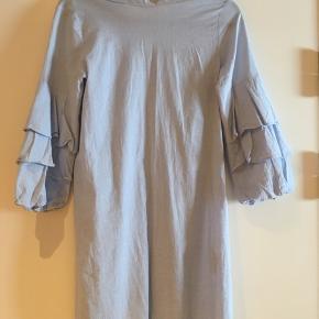 Lyseblå kjole fra Zara med flotte ærmer