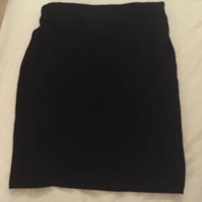 Cylinder nederdel med lynlås og lille slis bag på