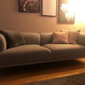 Lækker sofa fra Hay Fremstår helt som ny.  Grå hallingdal stof Ben i gråt lakeret stål 220 cm lang   Nypris 22.000