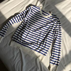 Bomuld strik / trøje fra ARKET, hvid med blå striber, brugt 2 gange og fremstår som ny. Størrelsesvarende.