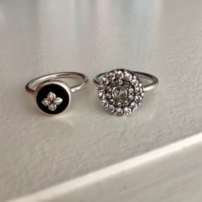 Fine ringe i sølv fra Julie Sandlau. Begge er str. 50  Den sorte har diamanter i midten. God men brugt. Fejler inter.  Den runde med sten: næsten som ny