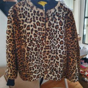 Varetype: Jakke Farve: Leopard Oprindelig købspris: 2500 kr.  Super cool pels fra ganni