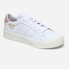 Størrelse 41.  Helt nye Adidas Originals Everyn