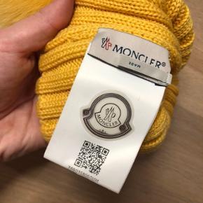 Fineste Moncler hue i gul. Den er købt i New York okt 2019, brugt max 5 gange. Fremstår derfor som ny. Kan afhentes i Støvring eller sendes på købers regning.