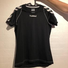 4e6b4d89bc7 Sportstrøje fra Hummel. Brugt få gange BYD. Hummel T-shirt