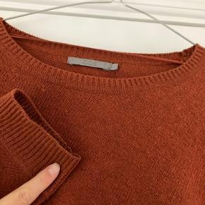 Fin strik fra COS.   Jeg har ikke brugt den særlig meget. Vasket én enkelt gang.   Materiale:  58% bomuld 36% uld 6% polyamid