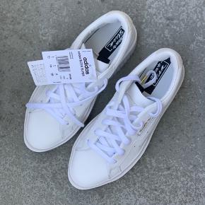 Super fede Adidas Sleek Super sneakers i hvid. Aldrig brugt - stadig med mærke og æske. Købspris 950,-
