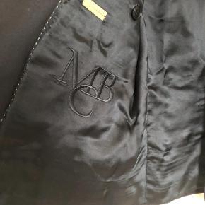 Varetype: Blazer Farve: Blå Oprindelig købspris: 2400 kr.  Super lækker kvalitets jakke, brugt 1 aften over skuldrene på vej til fest og hjem igen... er desværre lige et nr for lille til mig. Passer så fint til alle de skønne pastel farver der kommer nu... både buks, nederdel og kjole. Bytter ikke og ved ts handel plus gebyr Ved forsendelse pp... Sendes via DAO