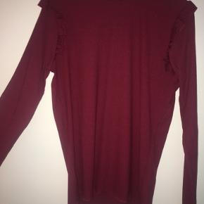 Højhalset, rød bluse fra Pieces med finde detaljer i hals og skuldre