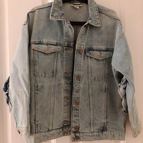 Denim jakke med frill detalje 😉 god stand. Passer XS-S.