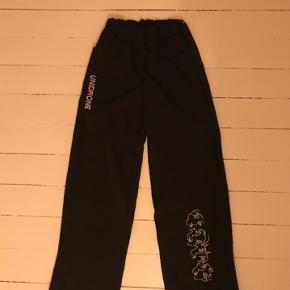 Sorte Bukser fra mærket Money med fedt print.  Str. L men fitter mindre Mp.100kr  Sælger disse mega fedet bukser, da de er en smule for små til mig, de har elastic waist, så de passe til de fleste. #30dayssellout