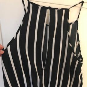 Løs, let shortsdragt med flot slids på ryggen.  Brugt få gange, fremstår som ny!  Tjek endelig mine andre items - altid mersalgsrabat😎💸
